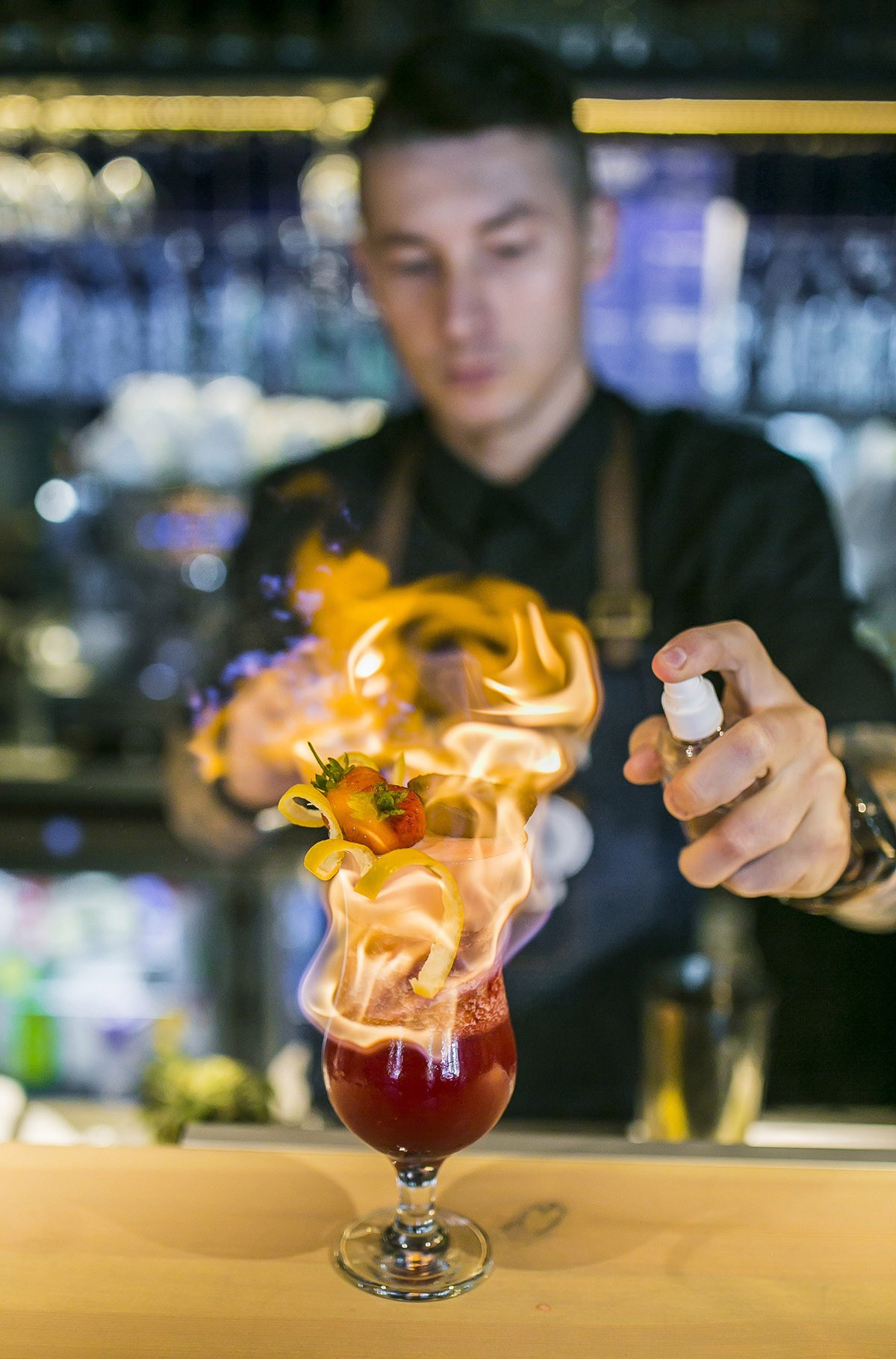 Barman z drinkiem